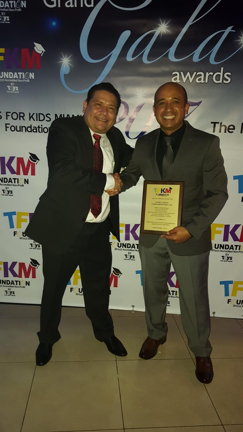 Entrega reconocimiento al programa Socializando con Anibal, emitido por la emisora currambaestereo.com